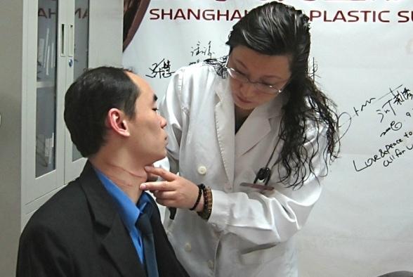 上海/3月22日,上海医院医生为见义勇为的上海小伙吴福佳检查伤痕。