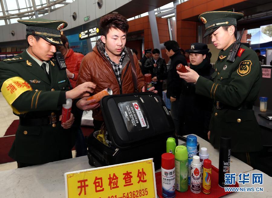 上海/2月5日,在上海长途汽车客运南站,检查人员从一名进站旅客行李...