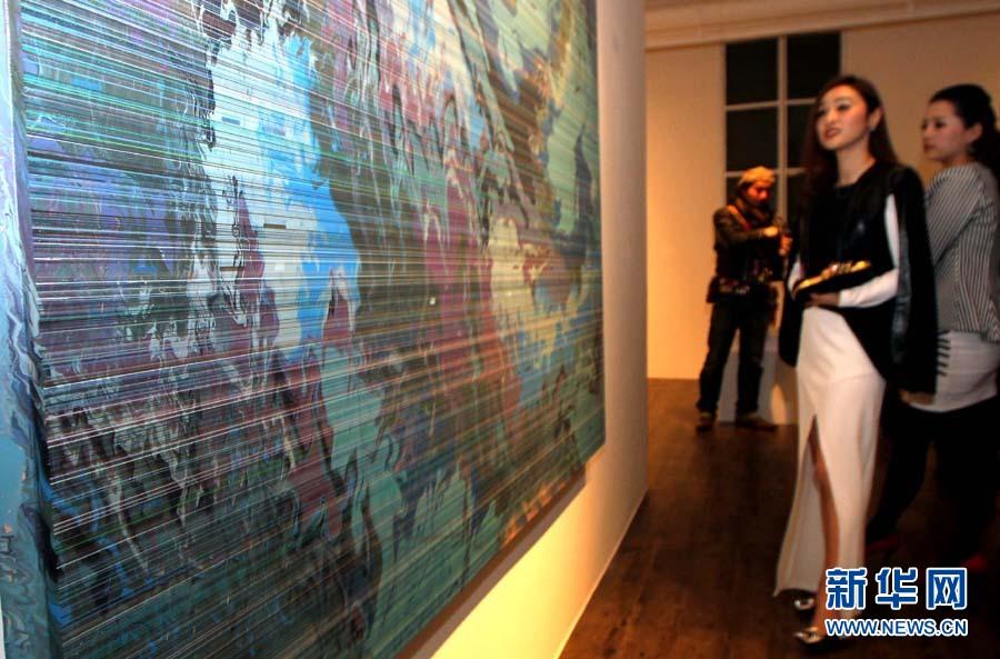 观众在欣赏油画作品.-心神汇 六人抽象油画雕塑展在沪举行