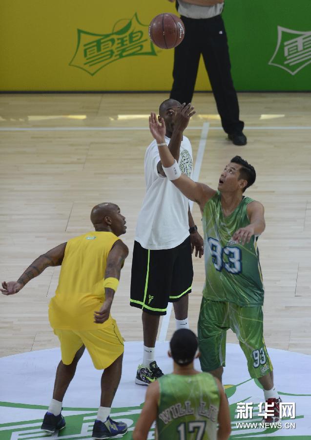 8月9日,科比(中)为明星篮球赛开球.-明星篮球赛在上海举行