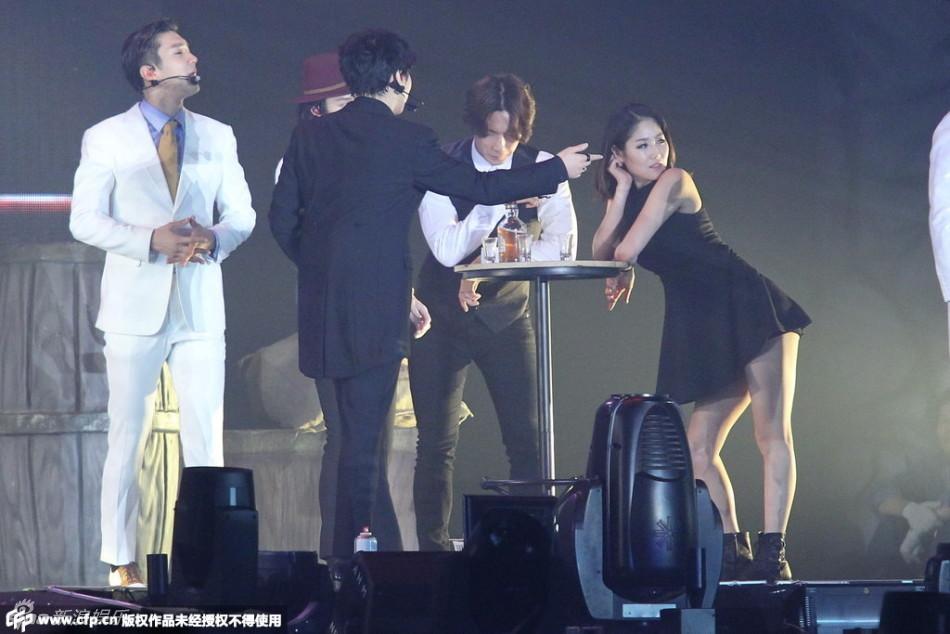 组图:Super Junior香港演唱会 拥吻挑逗美女