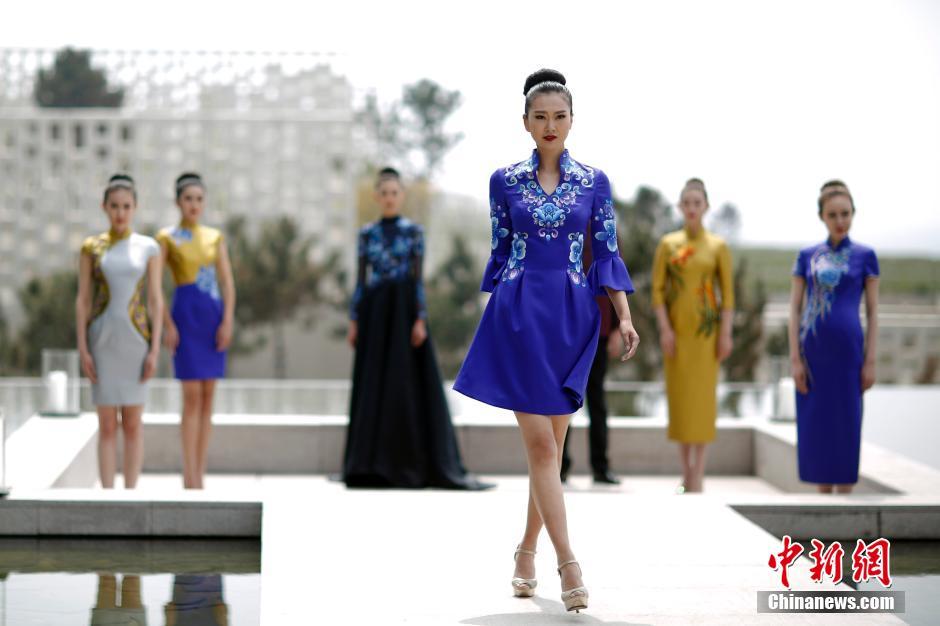 青岛国际时装周 模特露天T台走秀 新华网上海