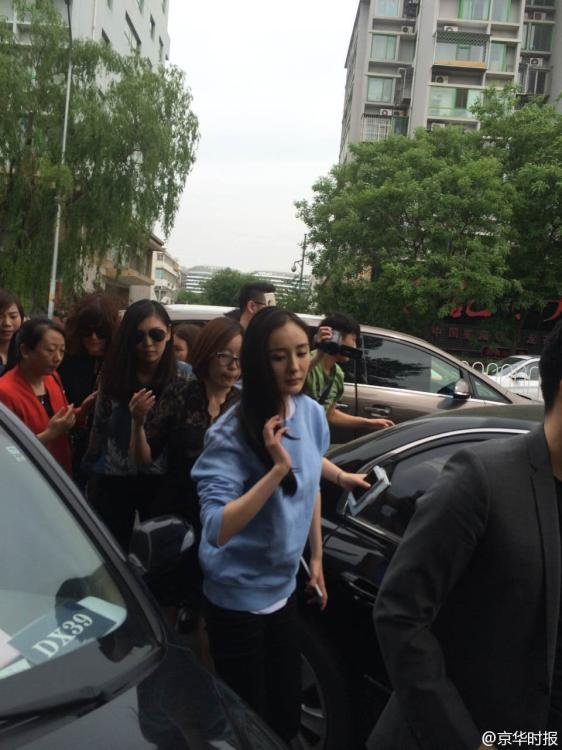 杨幂现身派出所举报不雅视频 新华网上海频道