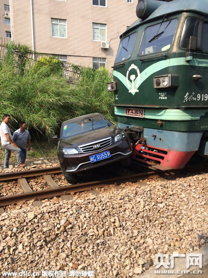 福建泉州汽车与火车相撞