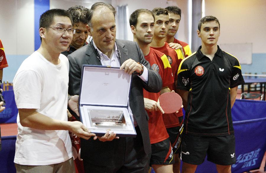西班牙职业足球联赛联盟主席乒乓球场显身手_