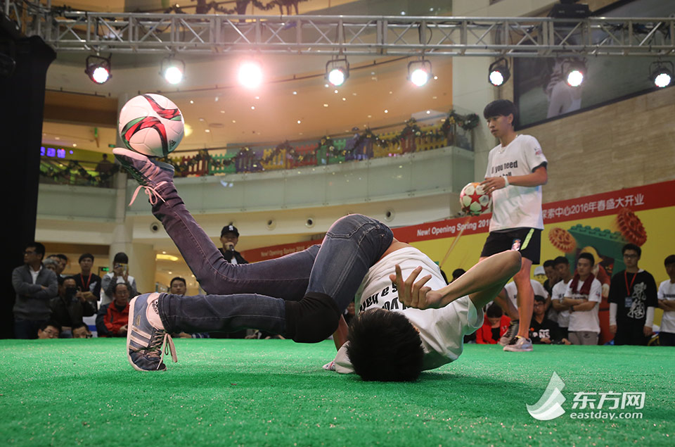 中国首届花式足球锦标赛足尖绝技令人眼花缭乱