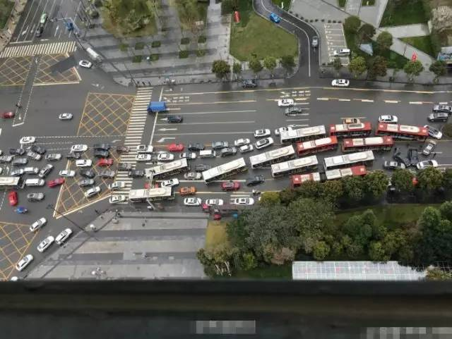上海内环上演 飞檐走壁 两车骑上高架桥墩图片