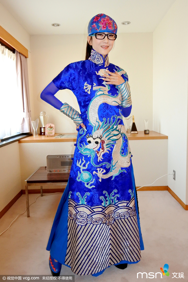 杨丽萍蓝色长裙配白龙图案