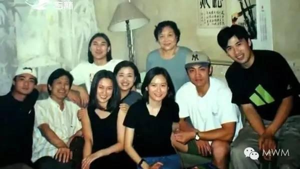 俞飞鸿的父亲毕业于清华大学,母亲也是知识分子,从小就教育她不