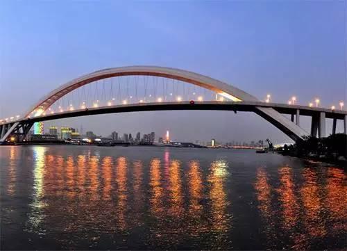 当今世界第一钢结构拱桥卢浦大桥也是世界上跨度最大的拱形桥.   大