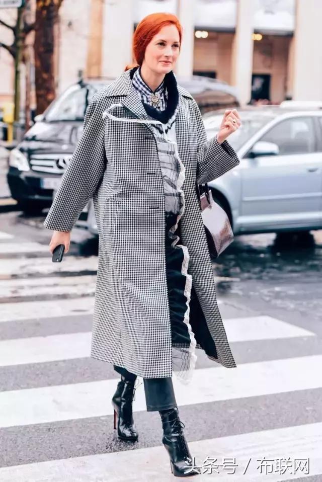 格子大衣搭配牛仔裤,带有一点复古的感觉,非常时髦.-时尚有格调图片