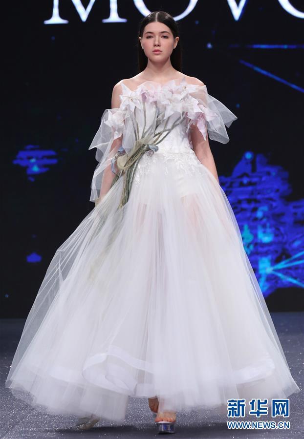 上海/模特在中国纤维流行趋势发布会上展示设计师作品。新华社记者刘...