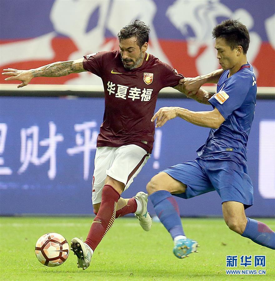 上海 河北/7月29日,河北华夏幸福队球员拉维奇(左)在比赛中带球突破。