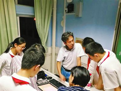 苹果工程师当中学老师带领学生登科技竞赛国际