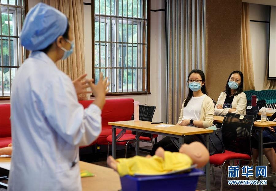 """(健康)(1)上海:""""準媽媽""""重回課堂 """"孕婦學校""""線下復課"""