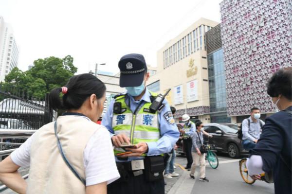 """杨浦一线综合执法让医院周边交通""""顺起来"""""""