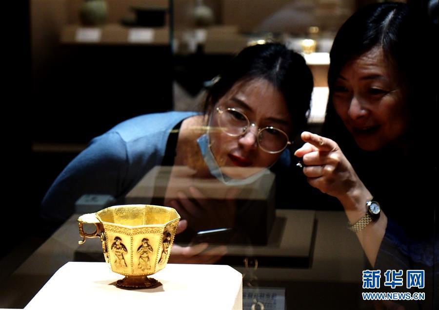 """(新華視界)(1)""""黑石號""""沉船出水珍品在上海展出"""