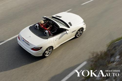 奔驰slk 250 cdi可以选择三种车顶,其一就是奔驰神奇的摩幻高清图片
