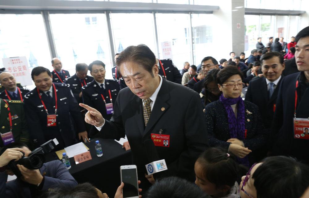 【两会亮点】新华小记者采访上海政协主席吴志明
