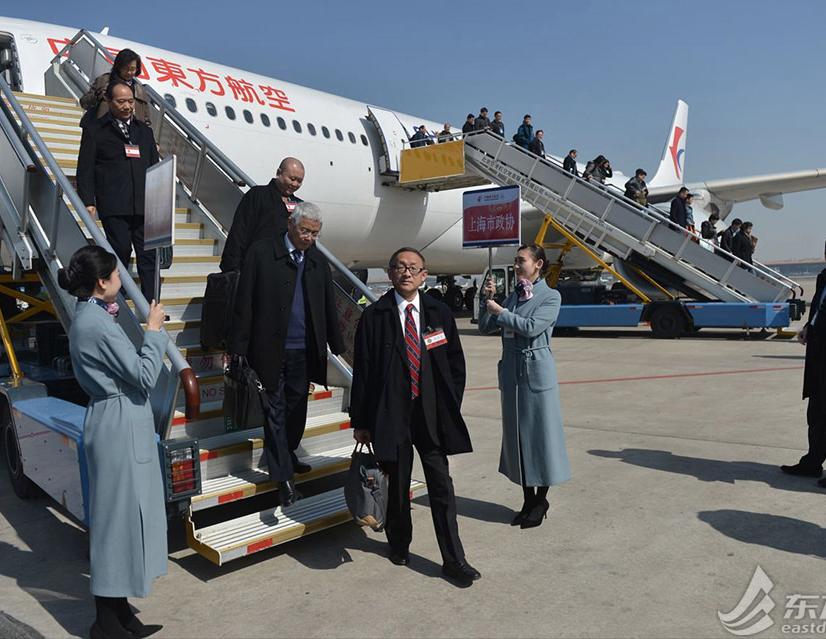 98名在沪全国政协委员乘坐飞机顺利抵达北京