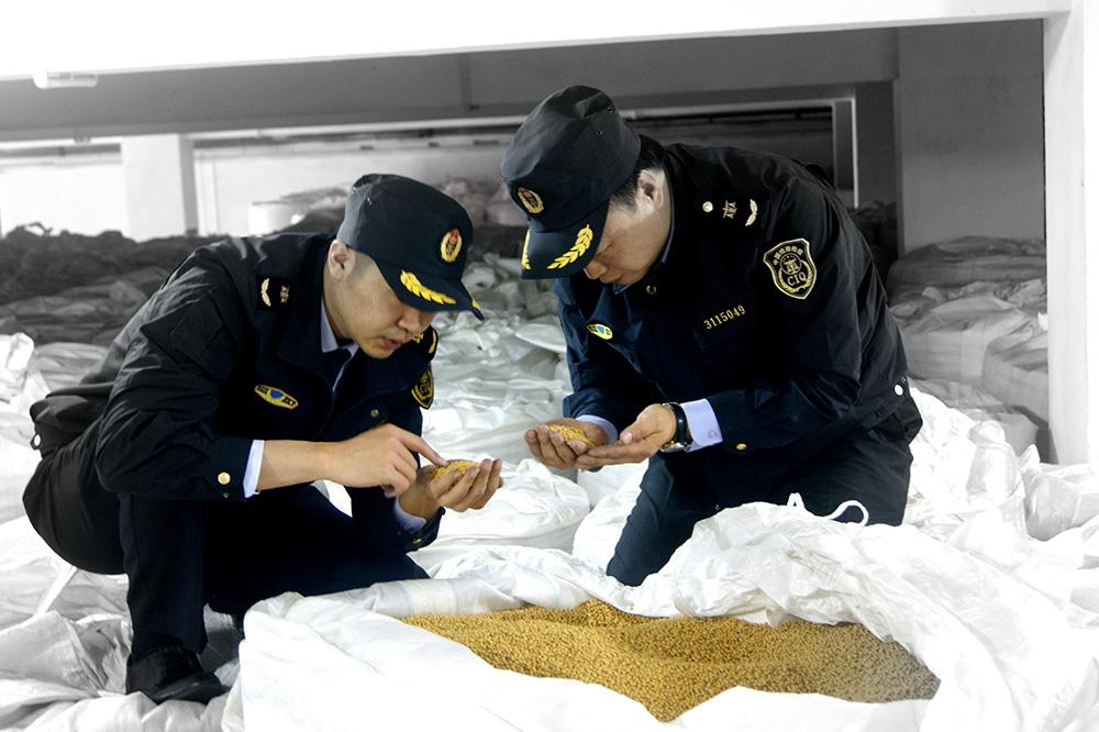 質檢總局在上海自貿區試點下放進境動植物源性食品檢疫審批權。