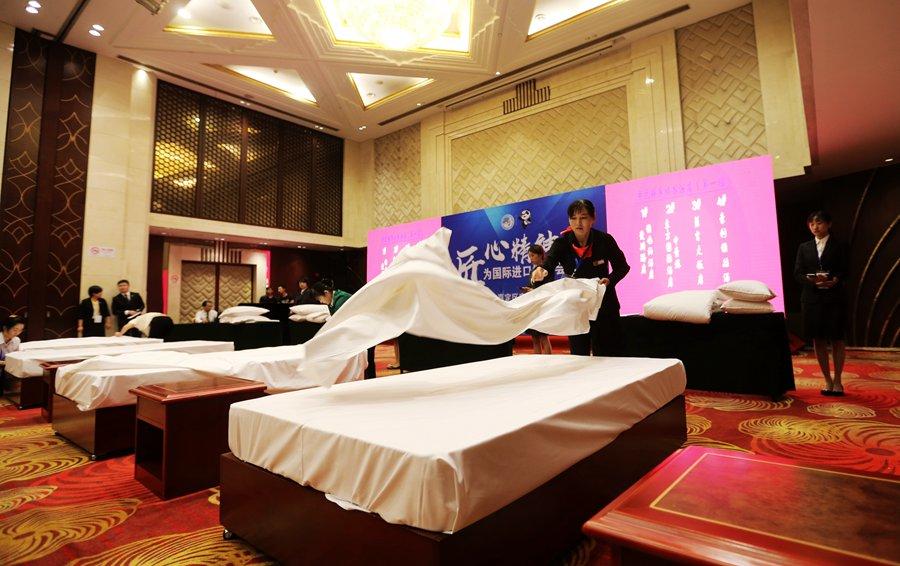 来自全区16家宾旅馆企业的选手,通过前厅展示、客房铺床。