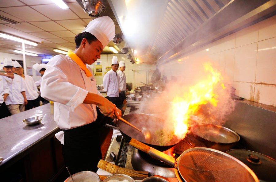 厨艺技能和中试摆台四个环节,交流展示宾旅馆服务水平及特色,并为国际进口博览会准备工作助力。