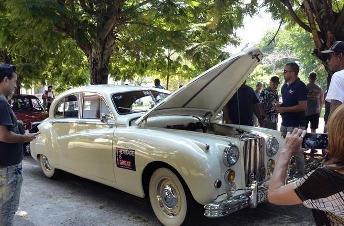 英国产老爷车亮相古巴街头