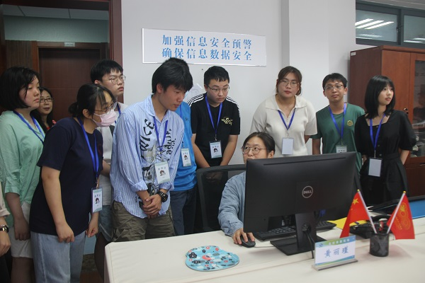 滬考生代表參觀高招錄取現場 親歷嚴密流程