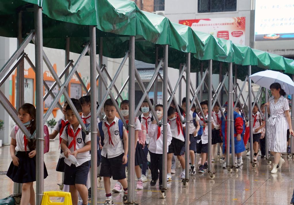 """受臺風""""燦都""""影響 上海中小學幼兒園停課一天半"""