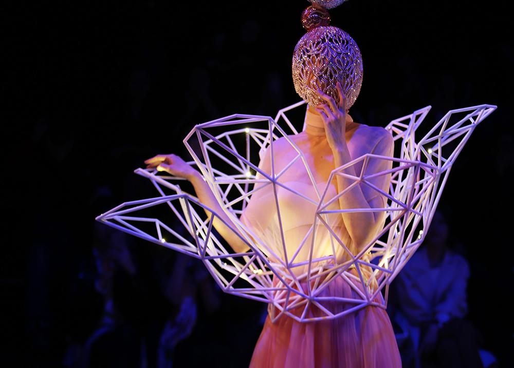 上海时装周直击妩WOO秀场 体验围巾的万种风情