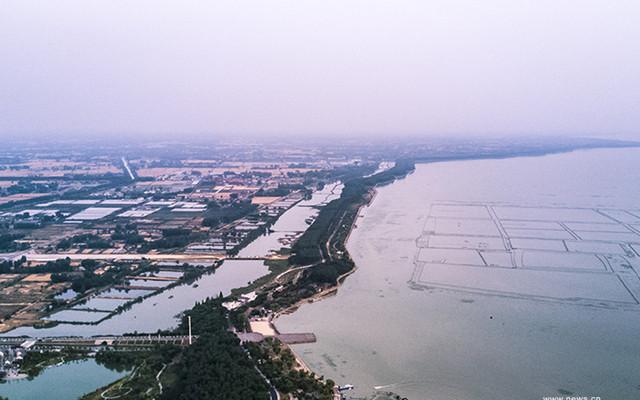 """航拍洪泽湖大堤 千年古堰""""水上长城"""""""
