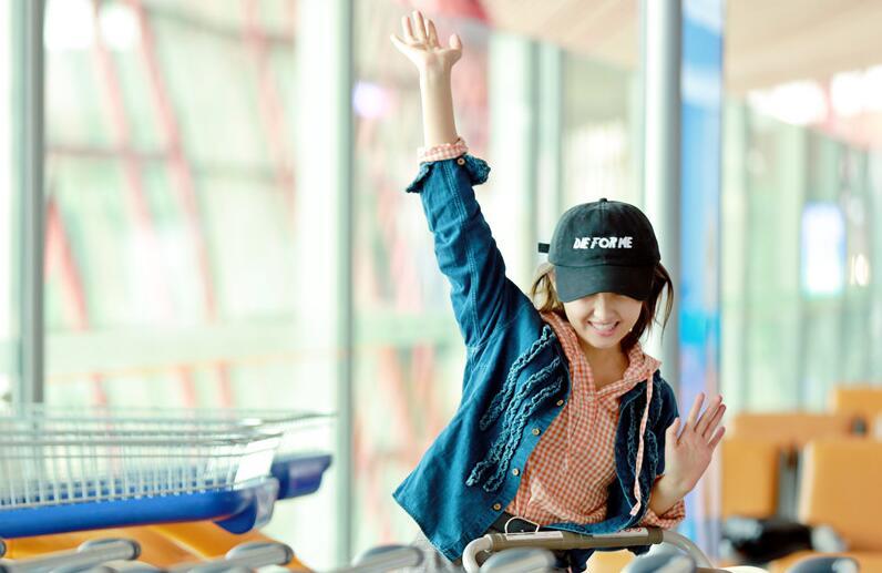 张子枫录制节目 机场潮范十足