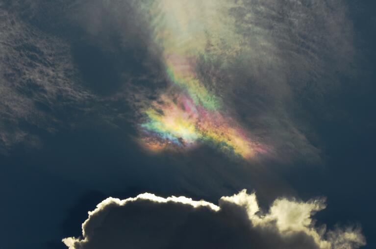难得一见!杭州上空层层乌云透出彩色虹影