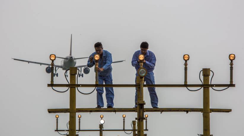 上海:烈日下坚守岗位 走进机场停机坪