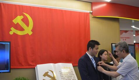 陸家嘴金領驛站:將黨旗插在城市最高處