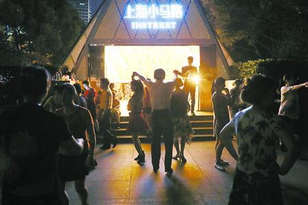 """中山公园成24小时公园一年 除""""夜跑""""还有谁光顾?"""