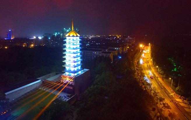 淞沪塔17年来首次亮灯,为了全民族的纪念