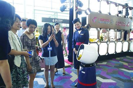 航空服务机器人首次在国内提供引导问询等服务