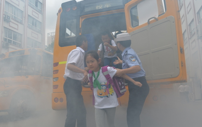 开学前一天 小学生演练校车消防逃生