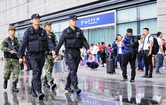 申城国庆安保警力雨中上岗