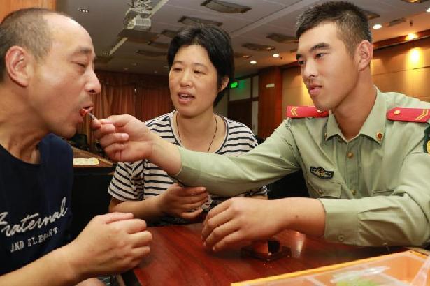 国庆执勤上海武警的三个感人故事