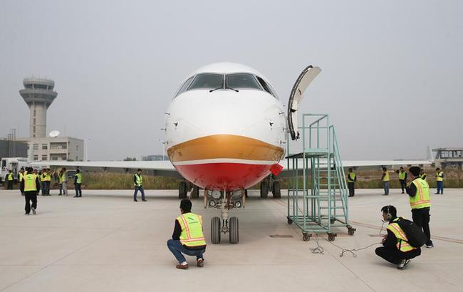 中國商飛總裝中心批産後交付首架ARJ21飛機