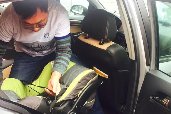 新生儿宝宝该坐怎样的儿童安全座椅?