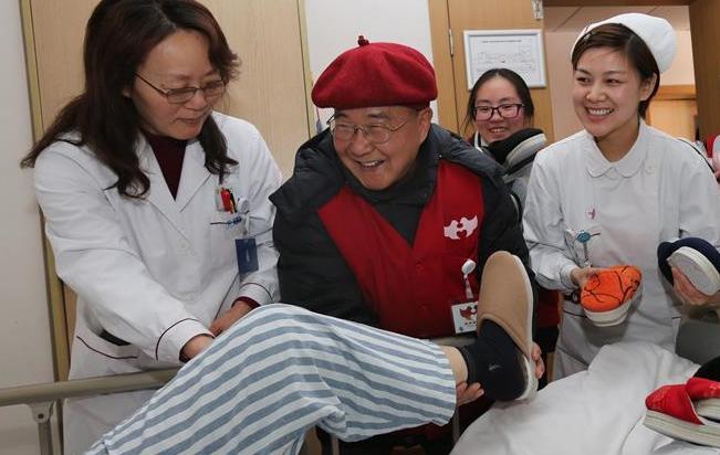 十年如一日 七旬义工自制棉鞋送患者