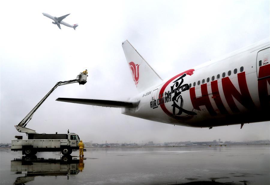 上海机场为航空器除冰雪