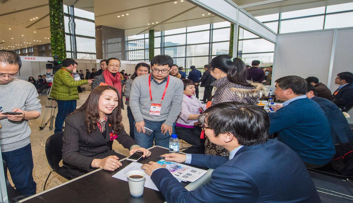 上海市十五届人大一次会议现场处理代表建议