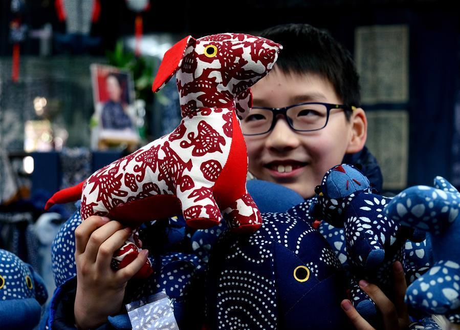 生肖狗传统手工艺作品迎新春