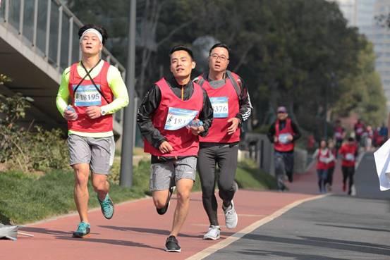 春天里,700多名金融城白领开跑滨江健康跑