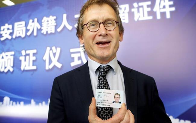 诺贝尔奖得主获颁永久居留身份证
